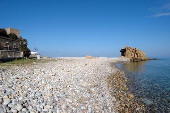 lo-scoglio-della-spiaggia di Tusa
