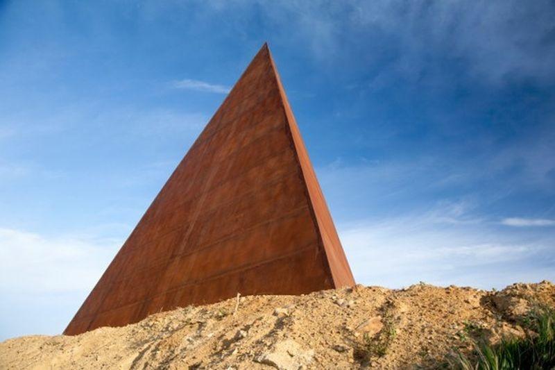 Piramide – 38º parallelo dello scultore Mauro Staccioli