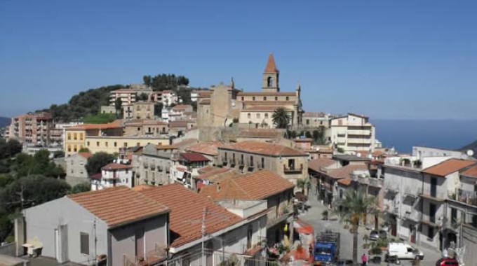 Messina, assenteismo al Comune di Ficarra: sospesi metà dei dipendenti